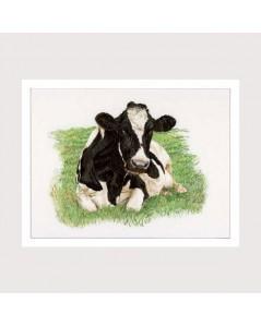 Tableau brodé. Vache noire et blanche allongée dans l'herbe de face. Thea Gouverneur G0451