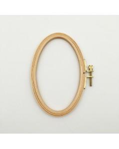 Tambour à broder en bois oval et un vis métallique sur le côté. Le Bonheur des Dames EHO7