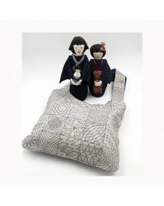 Sac en lin brodé de façon sashiko. Deux poupées japonaises. Le Bonheur des Dames