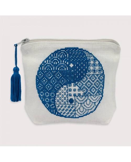 Pochette Sashiko, wide linen with  Yin and Yang blue embroidery. Le Bonheur des Dames 9031