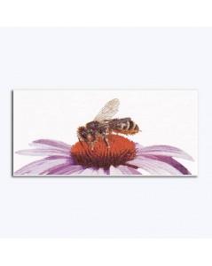 Abeille posée sur fleur d'echinacea. Kit broderie point de croix, point compté sur lin, créé par Thea Gouverneur. G0549