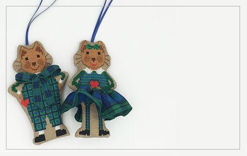 Chats en costumes écossais. Suspensions décoratives à broder. Série 26.